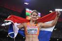 Dafne Schippers viert haar overwinning op de 200 meter tijdens het wereldkampioenschap atletiek in Beijing.