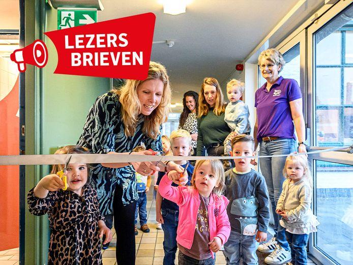 Vestigingsmanager van Zo Kinderopvang Lisanne van Gastel-de Nijs opent officieel de peutergroep met het doorknippen van een lint.