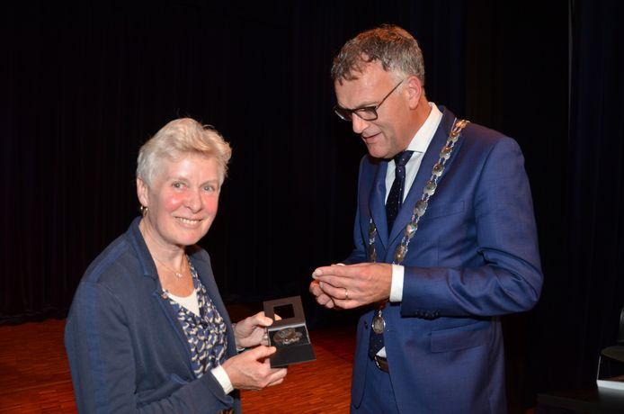 Hennie van Schooten ontving in 2017 de zilveren legpenning van de gemeente Oisterwijk uit handen van burgemeester Hans Janssen