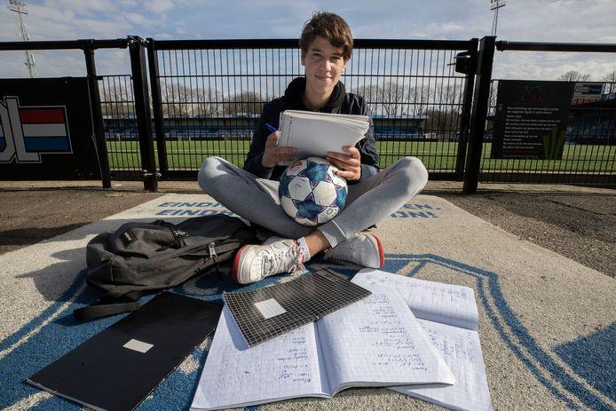 Alex Smeins (18) combineert profvoetbal bij FC Eindhoven met econometrie
