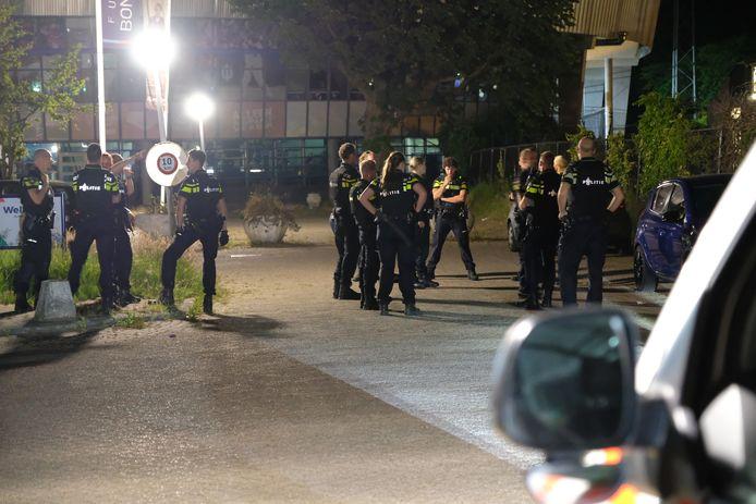 De politie is ter plaatse in het Roel Langerakpark  waar het 's avonds ook onrustig was.