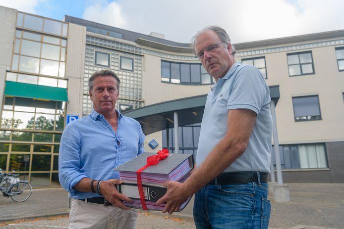 Luc Jonker (rechts) en Dirk de Broekert bezorgden vorig jaar een dik pak met schadeclaims bij het gemeentehuis van De Bilt.