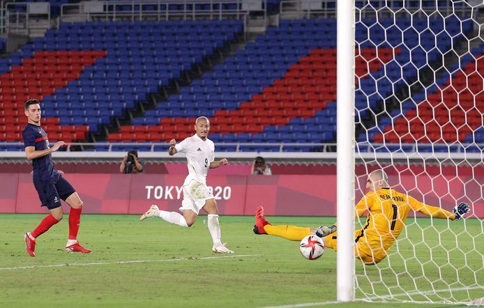 Daizen Maeda scoort de 4-0 voor Japan tegen Frankrijk.