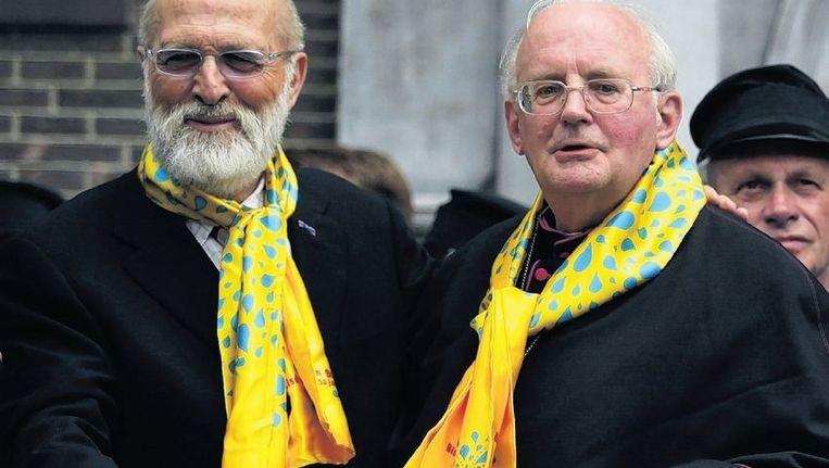 2002: Bisschop Muskens (r) met zanger Vader Abraham tijdens zijn 40-jarige priesterfeest in Breda. Beeld anp