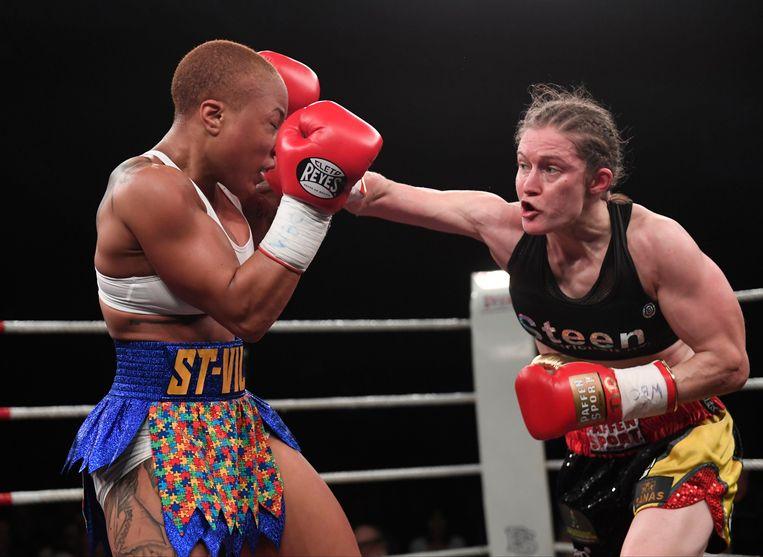 9 maart: Delfine Persoon pakt een van haar titels tegen Melissa St. Vil. Beeld Photo News