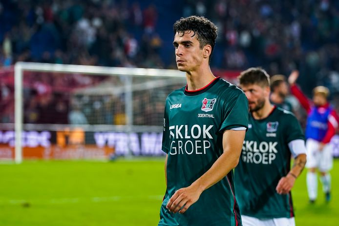 NEC-verdediger Cas Odenthal loopt teleurgesteld van het veld na de 5-3-nederlaag tegen Feyenoord.