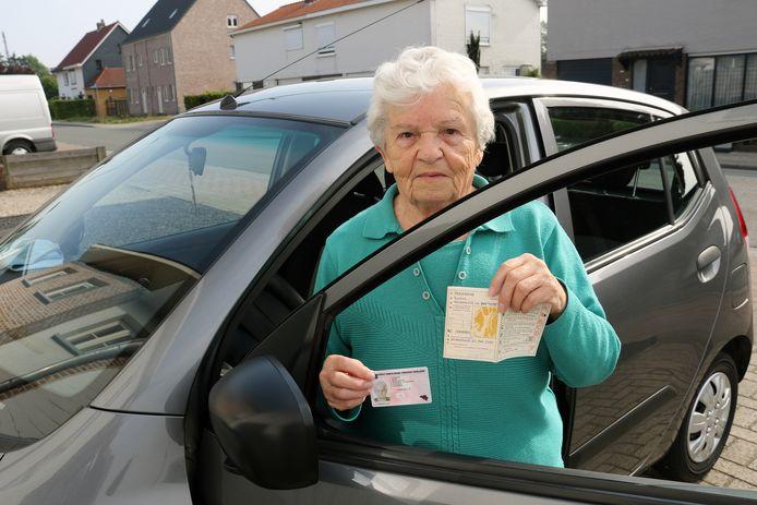 Wiske Verstrepen, met in haar rechterhand haar nieuwe rijbewijs en in haar linkerhand het rijbewijs van haar naamgenote.