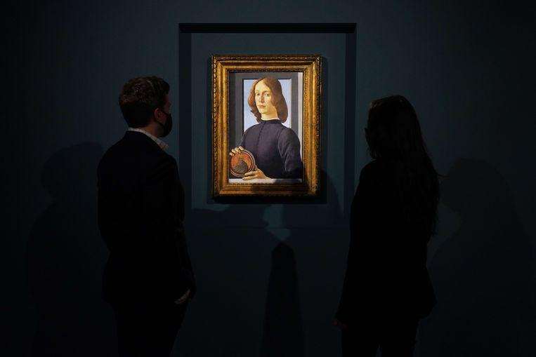 Klapstuk van de veiling in New York wordt waarschijnlijk dit portret van een onbekende jongeman geschilderd door de Italiaan Sandro Botticelli (1445-1510). Beeld AFP