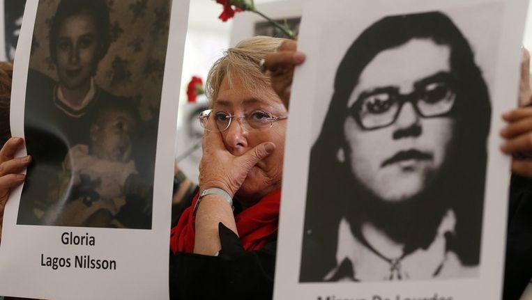 Een vrouw herdenkt slachtoffers van de militaire coup van 1973 in Chili. Beeld epa