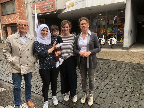 Marc Boogers, Shahnaz Ali met zoontje Mohamed, lesgeefster Charlotte Verhoeven en directeur Mieke Hens voor het Centrum voor Basiseducatie