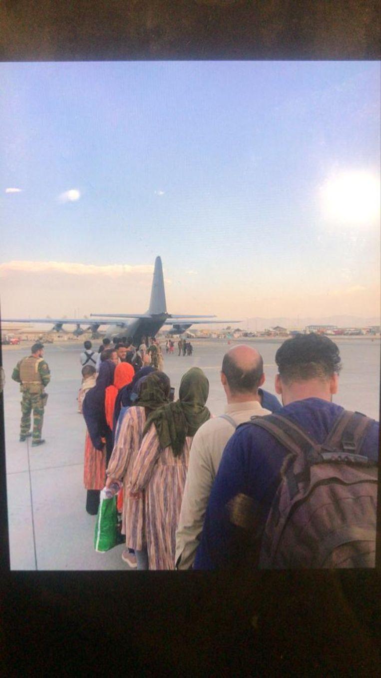 Op het vliegveld in Kaboel. Beeld  Tahmeena Sattari