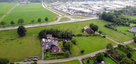 Autobedrijf in Lemelerveld moet na twintig jaar op dezelfde plek verhuizen naar overkant van de weg (of dicht)