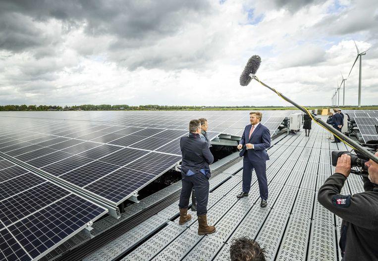 Het Zonnepark Hollandia in het Drentse Nieuw-Buinen is in samenspraak met omwonenden en omliggende bedrijven tot stand gekomen. Koning Willem-Alexander opende het park vorige week en kreeg er een rondleiding. Beeld ANP