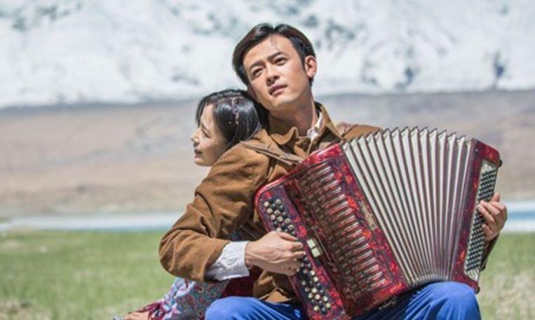 Promotiebeeld voor de geflopte film The Wings of Songs. Het schetst een idyllisch beeld van het culturele leven van de Oeigoeren.  Beeld RV