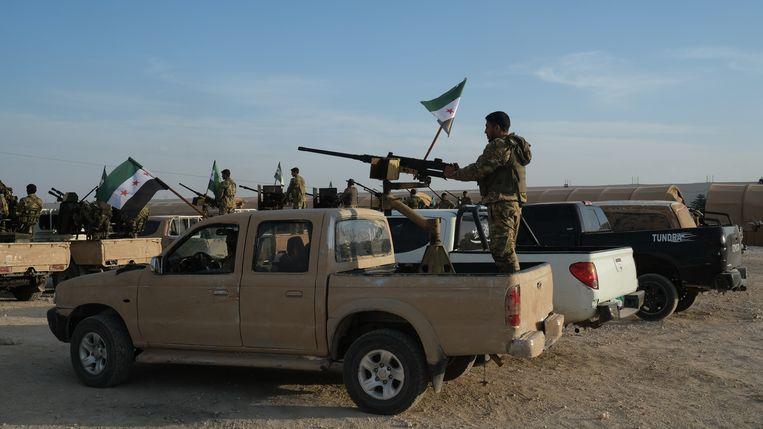 Leden van het door Turkije gesteunde Syrische leger verplaatsen zich naar de regio. Beeld EPA