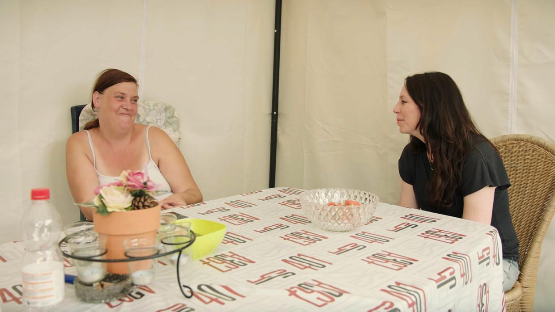 Kristel Verbeke op bezoek bij de 43-jarige Marleen uit Hamme, uitgerekend de plek waar Kristel als tiener zelf opgroeide in armoede. Beeld VRT