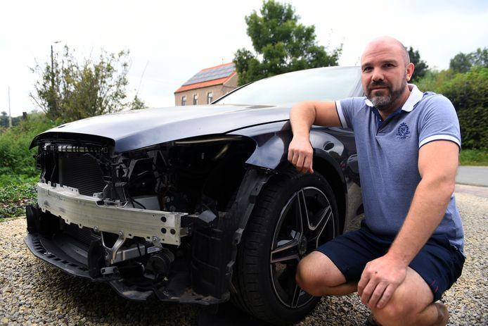 Ronny Moreas bij zijn auto, waarvan de dieven de volledige voorbumper meenamen.