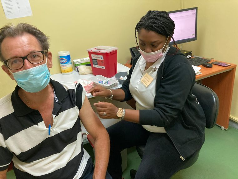 Correspondent Kees Broere kreeg maandag zijn vaccinatie. Beeld
