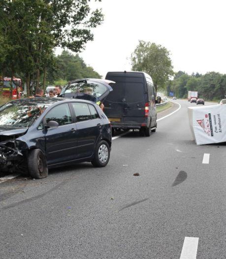 Auto met aanhanger knalt op vangrail op A28: forse file voorbij