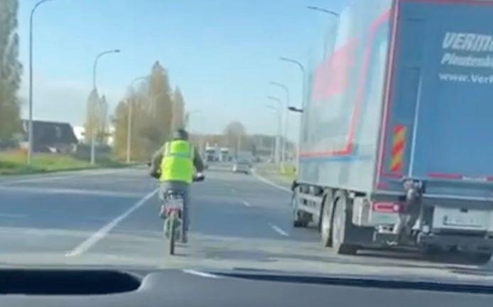 De toen nog onbekende man met de speedelec haalde doodgemoedereerd een vrachtwagen in op de Rijksweg in Rumbeke.