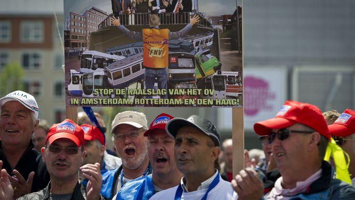 Ov-personeelsleden voeren actie tegen de bezuinigingen. © ANP