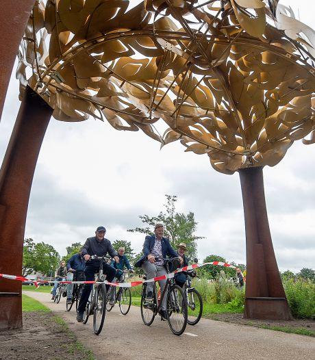 Op de fiets onder de Bospoort door: kunstwerk in Anton van Duinkerkenpark in gebruik genomen