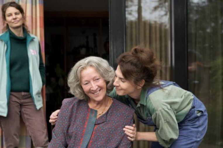 Maud (Rifka Lodeizen) en haar zus Juliette (Kim van Kooten) met moeder Babs (Loes Luca). Beeld Mark de Blok/Omroep MAX