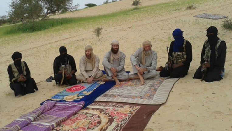 Screenshot van een video waarop Sjaak Rijke (derde van rechts) samen met een Zuid-Afrikaanse en een Zweedse gijzelaar te zien is tussen hun gijzelnemers. Beeld afp