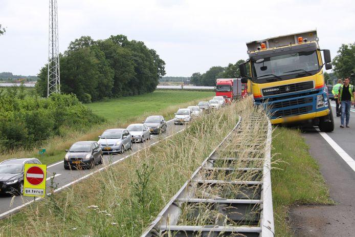 Een kiepwagen is van de N36 geraakt en tegen een vangrail gebotst. Verkeer word via de op- en afrit langs de plek van het ongeval geleid.