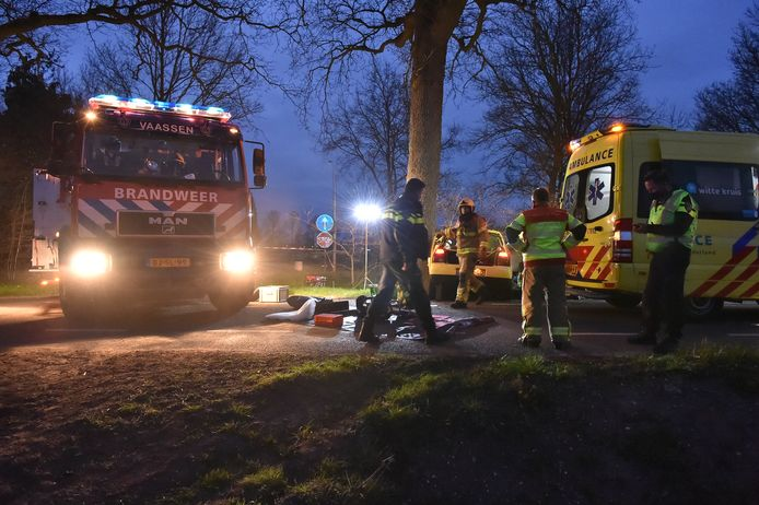 De hulpverleners op de plek van het ongeluk in Vaassen.