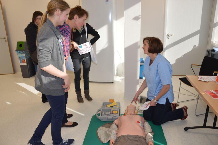 De bezoekers krijgen uitleg over reanimatie.