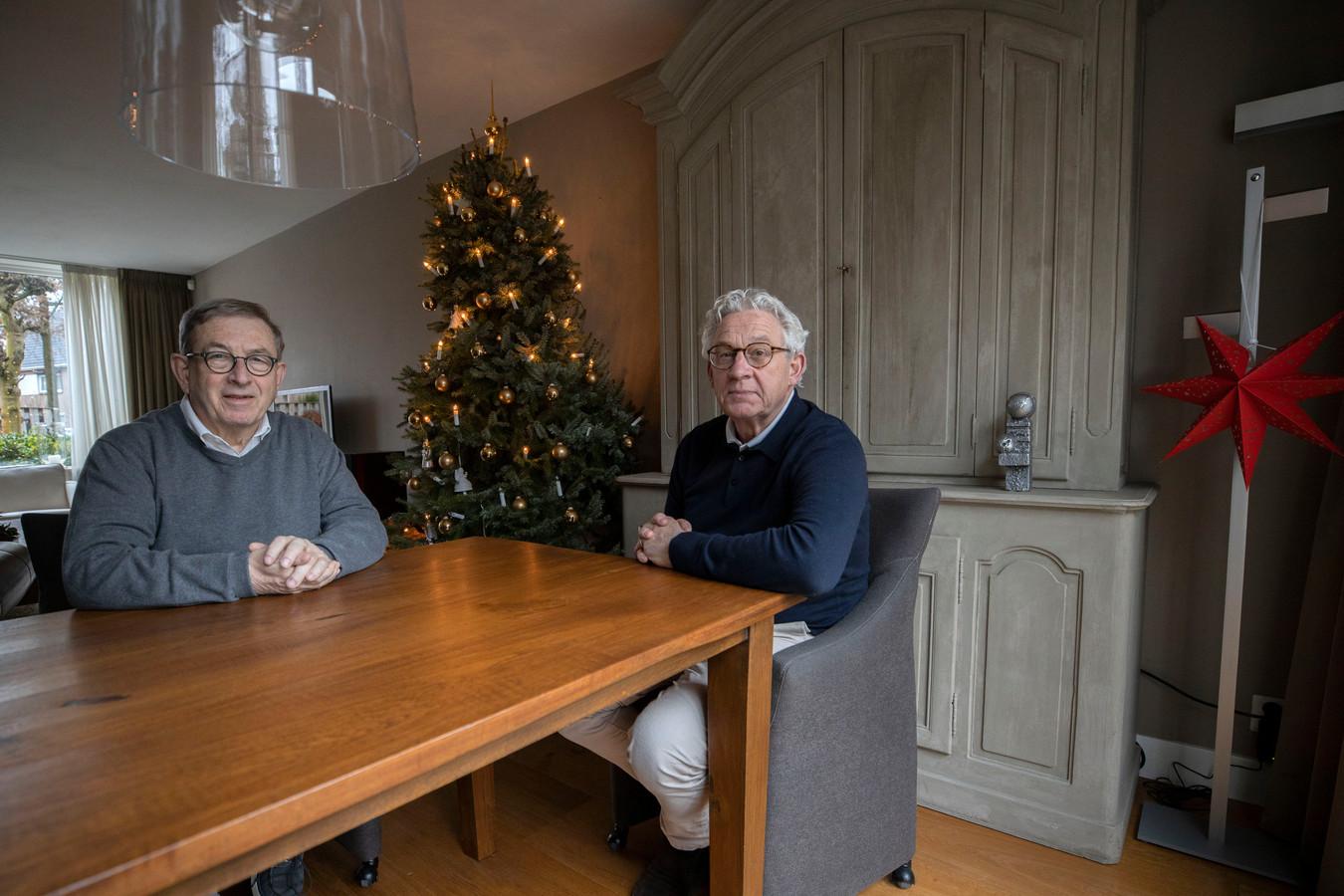Tiny Leijten (links) is door het parochiebestuur ontslagen omdat hij weigerde een nachtmis te verzorgen. Huub Stroeks (rechts), voorzitter van de Oerlese KBO, neemt het voor hem op.