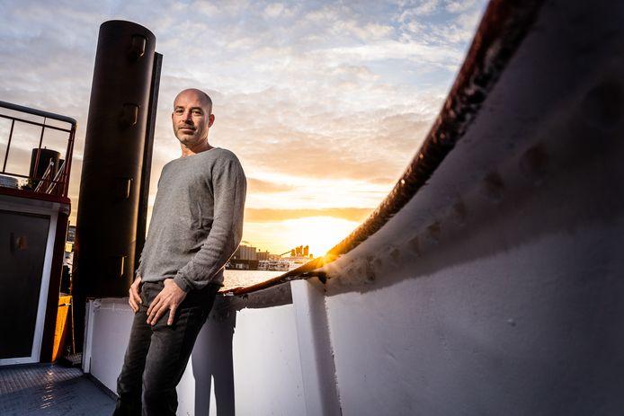 Jeroen Spaander op zijn woonboot in de Nieuwe Haven in Arnhem.