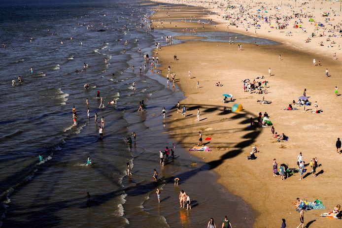 Drukte op het strand van Scheveningen.