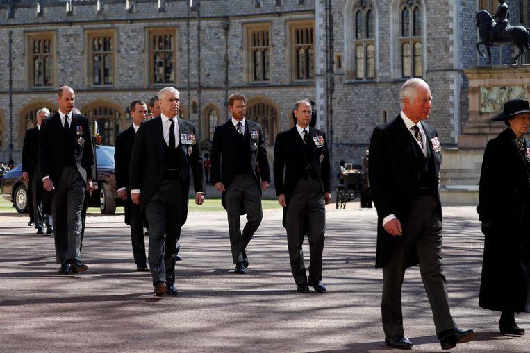 De Britse prins Charles, de prins van Wales (R), de Britse prins William, de hertog van Cambridge (L) en de Britse prins Harry, de hertog van Sussex (3R) lopen tijdens de ceremoniële begrafenisstoet van de Britse prins Philip. Beeld AFP