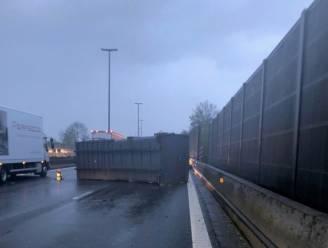Bijna twee uur aanschuiven op E40 Gent-Brussel nadat vrachtwagen container verliest in Erpe-Mere