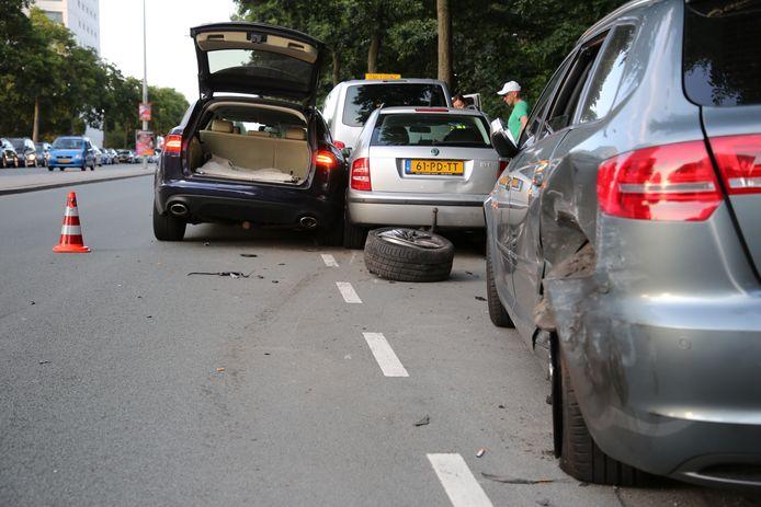 Een auto met een CD-kenteken heeft zaterdagavond vijf geparkeerde auto's geramd op de Erasmusweg in Den Haag. Twee mensen raakten hierbij gewond.