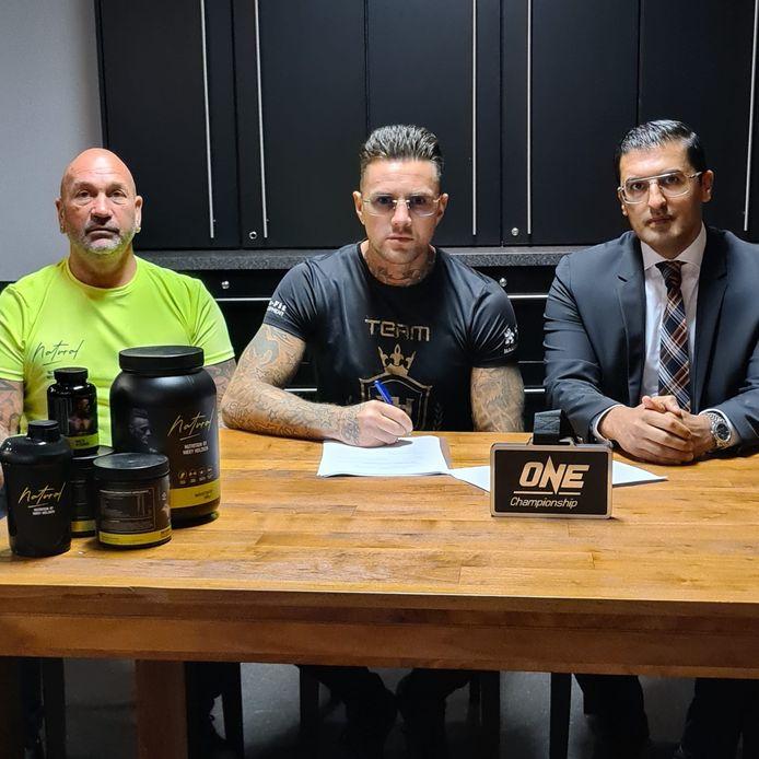 Nieky Holzken tekent zijn contract in het bijzijn van trainer Sjef Weber en manager Vahid Abdi.
