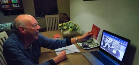 Tweede coronabundel van Fred Eggink overhandigd aan Ronald Giphart