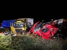 Truck knalt op half op weg geparkeerde vrachtwagen: gewonde chauffeur klimt zelf uit cabine