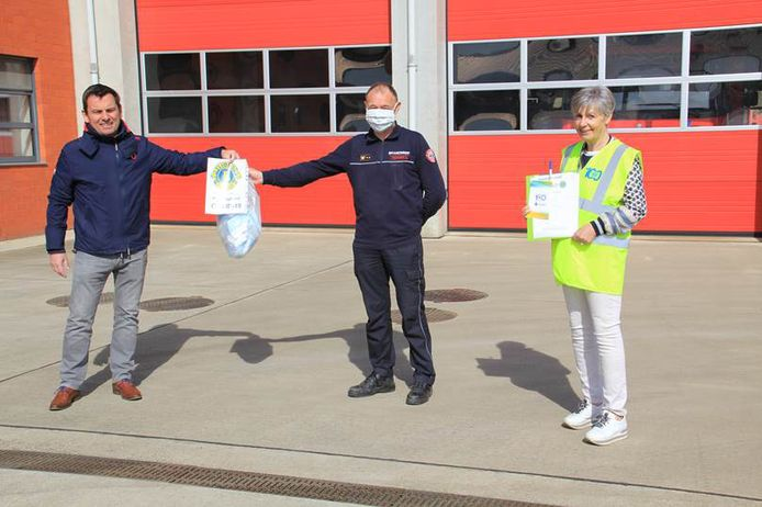 Lieve Forier en Bart Stals en Lieve Forier gaven aan luitenant Erik Valgaeren  van de  Diestse brandweer een voorraad van 100 maskers.