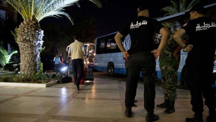 Toeristen verlaten het Imperial Hotel in Sousse na de bloedige aanslag.