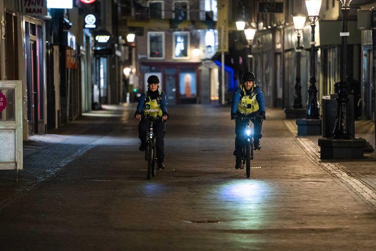 Wie straks tussen 21.00 en 04.30 uur zonder geldige reden op straat is, krijgt een boete van 95 euro. Waarschuwingen worden niet gegeven. Beeld ANP