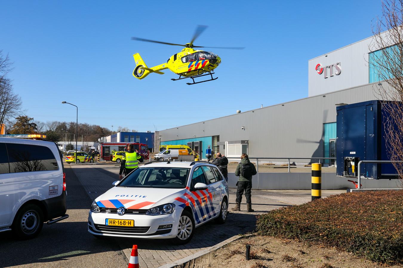 De traumahelikopter landt vlakbij het bedrijf.