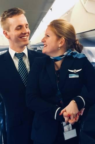 """""""Weer dat uniform aantrekken: zalig. Ook al gaat rits niet meer zo makkelijk dicht"""": Stewardess en piloot kijken uit naar volle vliegtuigen"""