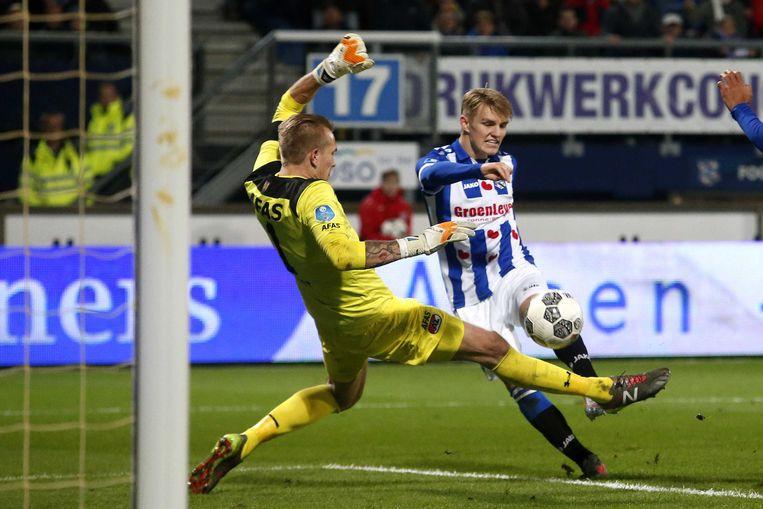 Heerenveen-speler Marin Odegaard in duel met doelman Marco Bizot van AZ. Beeld ANP Pro Shots