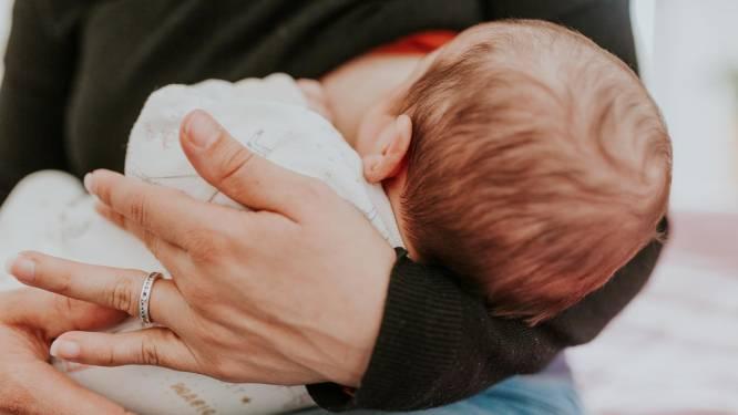 """Experten doorprikken fabeltjes over borstvoeding: """"Neen, je krijgt géén hangborsten"""""""