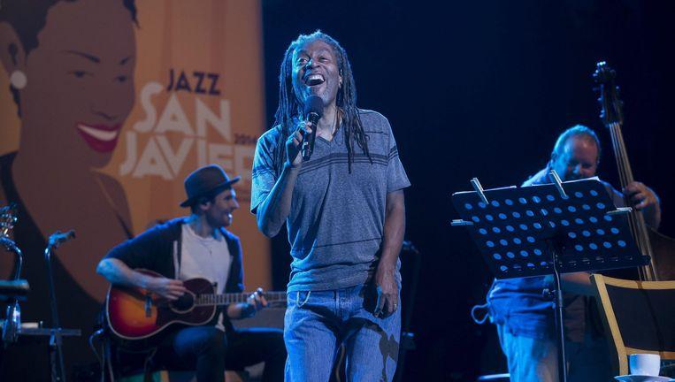Bobby McFerrin tijdens een optreden op het San Javier International Jazz Festival in Murcia, eerder deze week. Beeld EPA