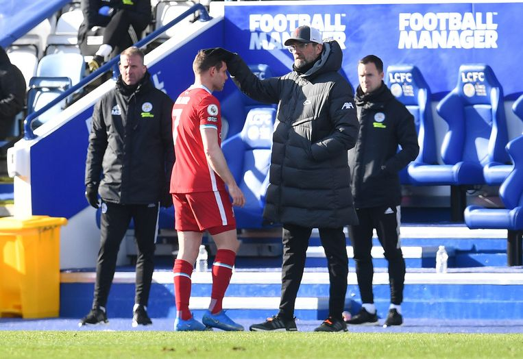 Liverpool-trainer Jürgen Klopp met speler James Milner tijdens Leicester City tegen Liverpool. Beeld Pool via REUTERS