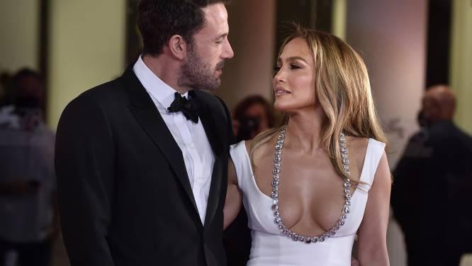 IN BEELD. Ben Affleck houdt overenthousiaste fan die selfie wil met Jennifer Lopez in toom